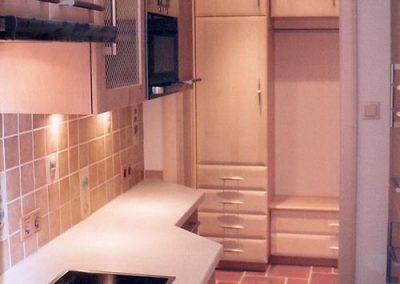 Küche in schmalem verwinkeltem Raum