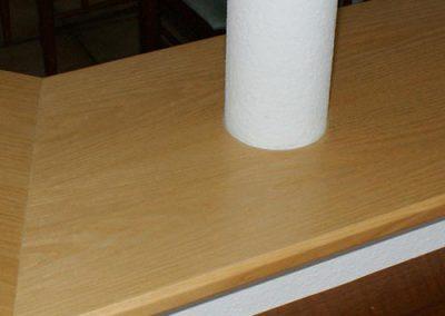 Stahlsaeule in der Holzplatte