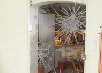 Glastuere mit Designbeschlag