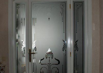 Weisses Tuerelement mit geaetztem Glas